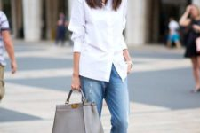 02 a white shirt, blue boyfriends, black heels and a grey bag for casual classic style