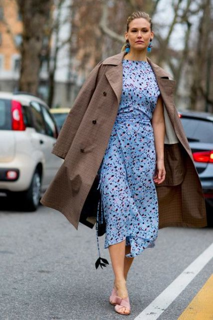 a fitting blue floral print midi dress, statement earrings and pink shoes