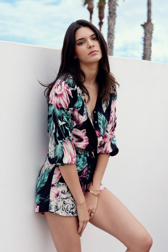 a dark floral romper is a refined idea for a beach or tropical party