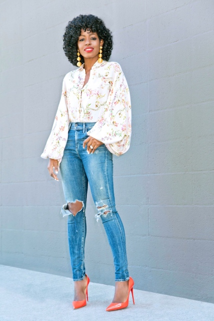 With distressed high-waisted jeans and orange pumps