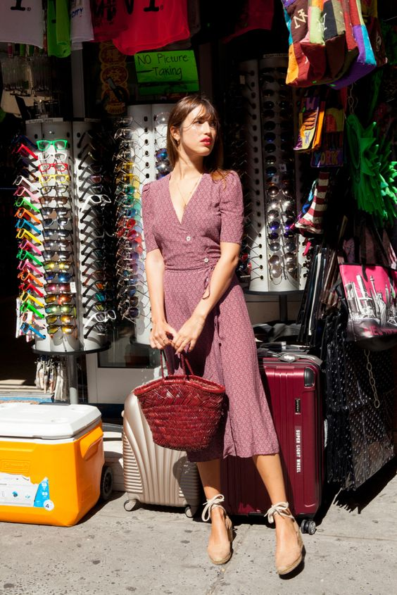 a dusty pink fitting midi dress, tan shoes, a red bag for a French chic style
