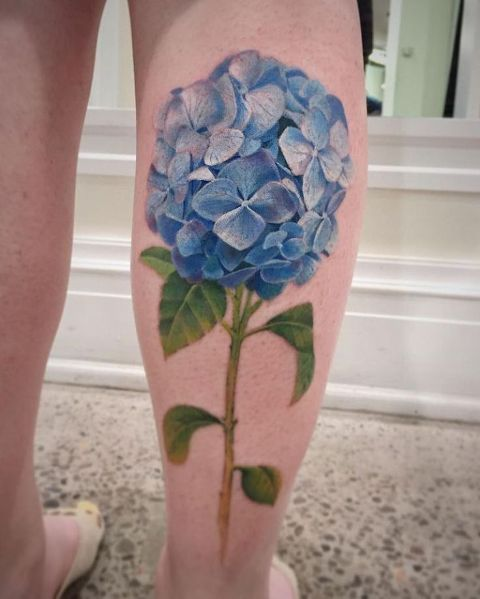 Big realistic tattoo on the leg