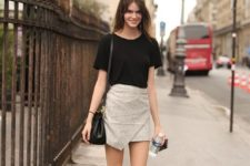 03 a black tee, a grey symmetrical skirt, black sandals and a black bag for a hot day