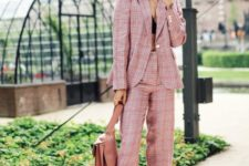 03 a pink plaid pantsuit, black shoes, a pink bag can be worn to work
