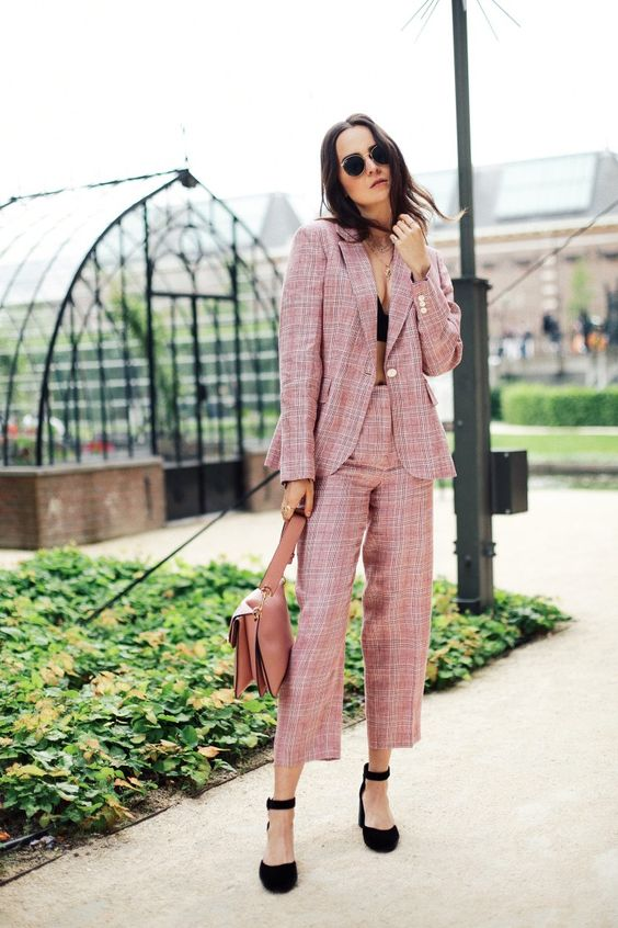 a pink plaid pantsuit, black shoes, a pink bag can be worn to work