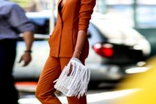 03 a rust-colored pantsuit, white sneakers for a colorful look and a hint on the fall
