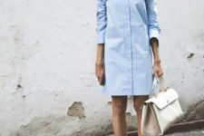04 a blue shirtdress, a creamy bag and white shoes for a business outfit