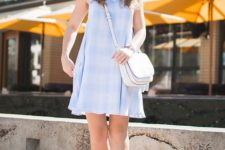 05 a blue sleeveless knee plaid dress, white sneakers and a white bag for a cool look