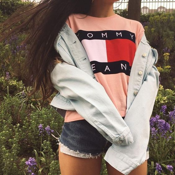 blue denim shorts, a peachy Tommy Jeans tee, a white denim jacket
