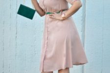 11 a dusty pink shirtdress, dark shoes, a grene bag and a green belt