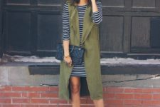 14 a striped over the knee dress, an olive grene duster, black shoes, a black clutch for a casual and chic look
