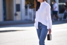 14 blue cropped jeans, a white shirt, black moccasins and a small black bag