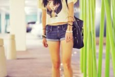 With t-shirt, black hat, black shoes and tote