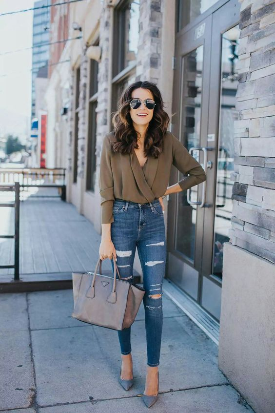 a casual date look with ripped skinnies, blue shoes, a grey bag and an earthy blouse