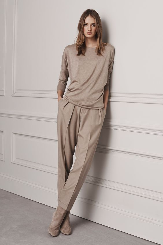 a total beige look with a top, pants with pockets and suede boots for a casual work look