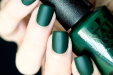 06 matte emerald nails are ideal for the fall and will make a bright accent