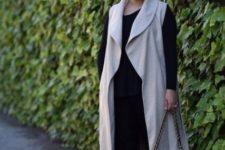 07 a black top, black skinnies, black heels and a grey long vest plus a black bag