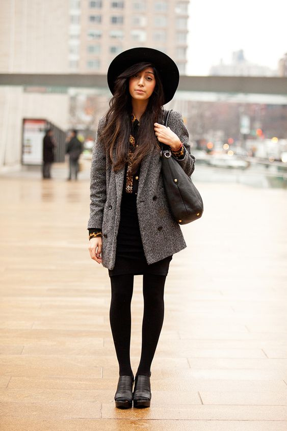 a blakc over the knee dress, a grey blazer, black tight and shoes and a blakc hat