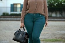 10 emerald jeans, a taupe shirt, metallic shoes and a black bag for a comfy fall look