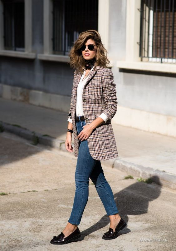 a retro look with a long tweed blazer, a white shirt, jeans and flats
