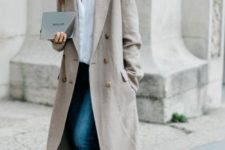 16 a casual look with a white shirt, blue jeans, black mules and an off-white trench