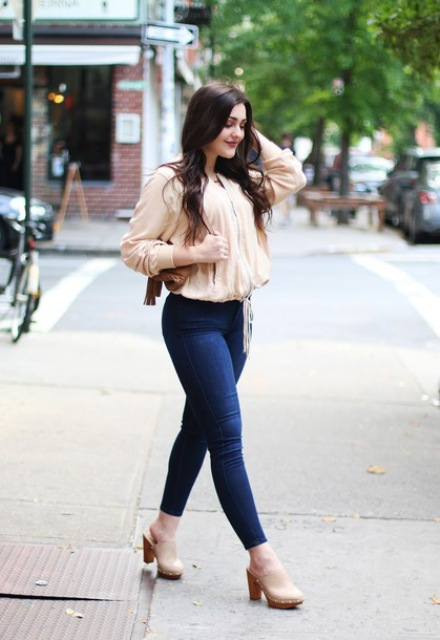 With beige blouse, bag and skinny jeans
