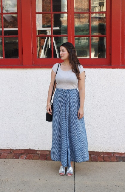 With gray t-shirt, printed maxi skirt and black bag