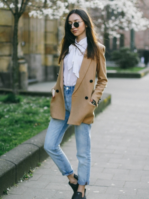With high-waisted jeans, camel jacket and flat shoes