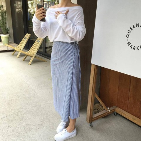 With off the shoulder shirt and white sneakers