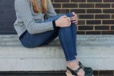 With printed sweatshirt and skinny jeans