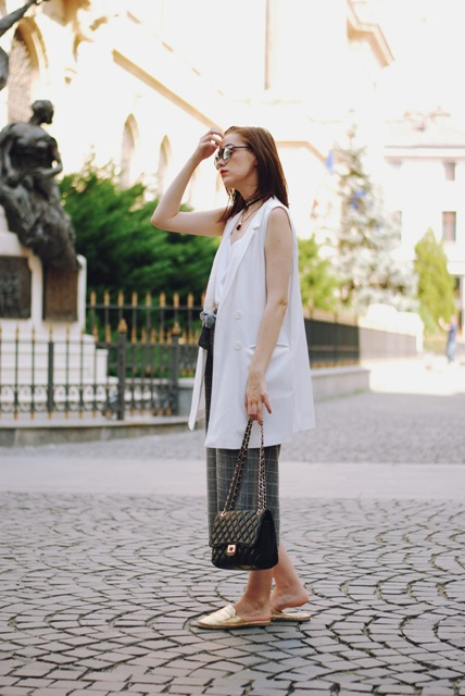 With top, white long vest, checked culottes and chain strap bag