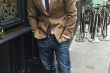 03 blue jeans, a white shirt, a beige blazer, a brown tie and brown boots for the fall