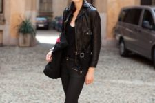 10 a total black look with a top, cropped jeans, sneakers and a leather jacket