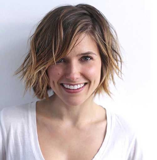 a short shaggy layered haircut with balayage and messy waves for an edgy look