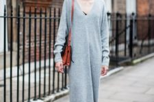 06 a grey midi sweater dress with a black lace bra, white sneakers and a bright bag for an ultimate casual look