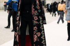 06 a total black look with a moody floral coat for a colorful and cool touch in the outfit