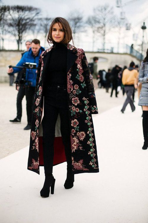 a total black look with a moody floral coat for a colorful and cool touch in the outfit