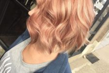 15 strawberry blonde wavy bob with blonde highlights is a chic and bright idea for fall
