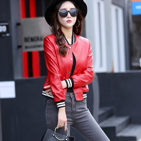 With black wide brim hat, gray jeans and black bag