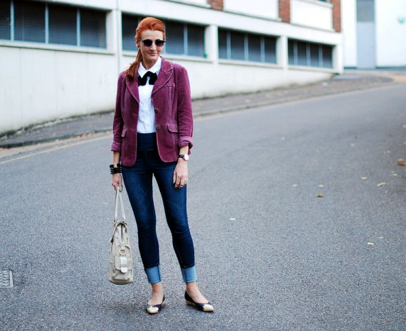 With white shirt, cuffed jeans, flats and beige tote