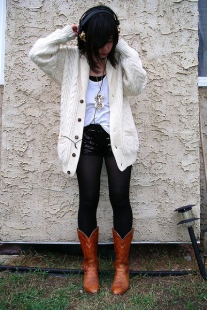With white t-shirt, white oversized cardigan and skinny pants