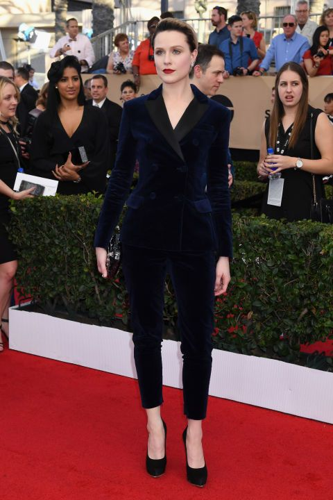 a navy velvet pantsuit with black lapels, black heels can be worn to the most formal occasions