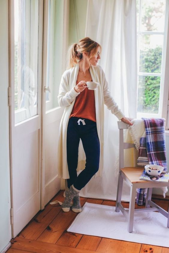 navy joggers, a rust top, socks and a creamy long cardigan are what you need for a chic and color block look