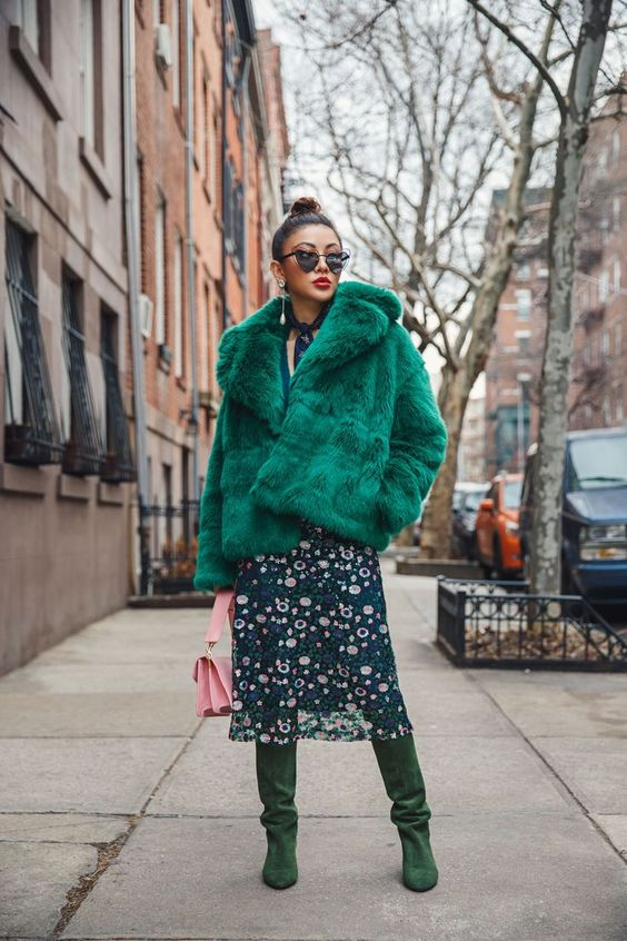 rock a simple fur coat, even in a crazy color, the texture should be simple