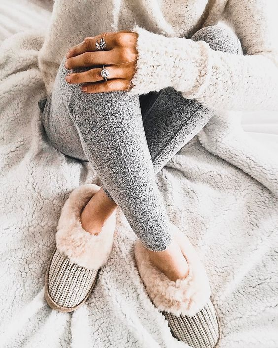 a neutral sweater, grey leggings and faux fur home shoes are all you need to feel awesome