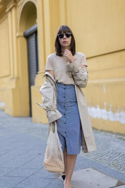 With beige t-shirt, printed midi skirt, beige trench coat and black shoes