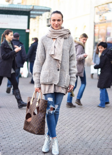 With t-shirt, cardigan, skinny jeans and beige scarf