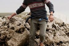 02 a plaid shirt, a printed grey sweater, olive green pants and brown sneakers for maximal comfort