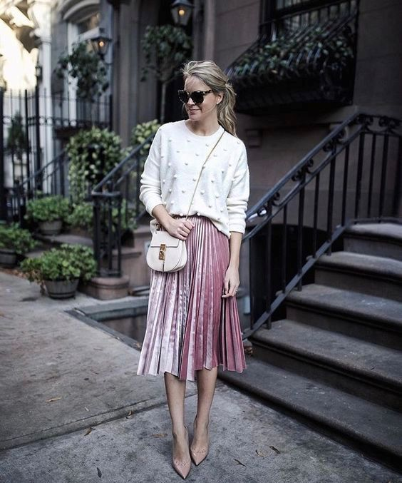 a pink pleated midi, a white dotted sweater, dusty pink shoes and a neutral bag for a comfy and chic look