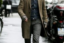 08 a relaxed everyday look with a white shirt, a denim jacket, grey pants, grey shoes and a retro-printed overcoat